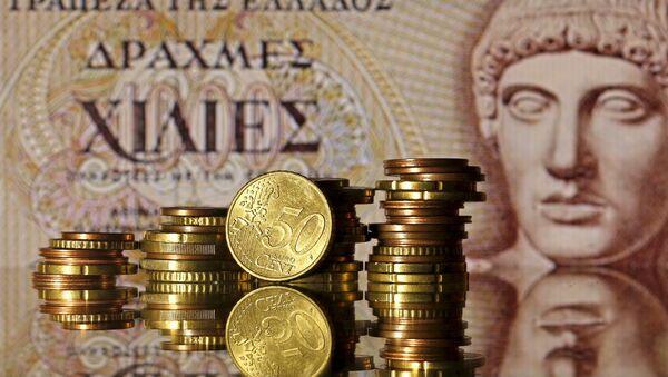 Euro mince před starou řeckou bankovkou 1000 drachm - Sputnik Česká republika
