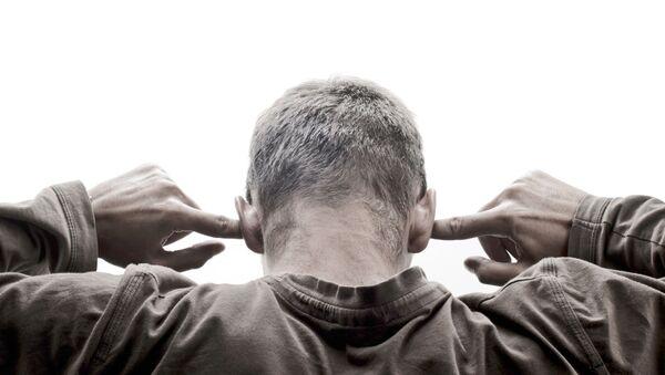 Muž si zakrývá uši rukama - Sputnik Česká republika