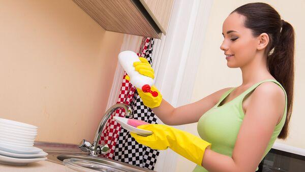 Dívka myje nádobí - Sputnik Česká republika