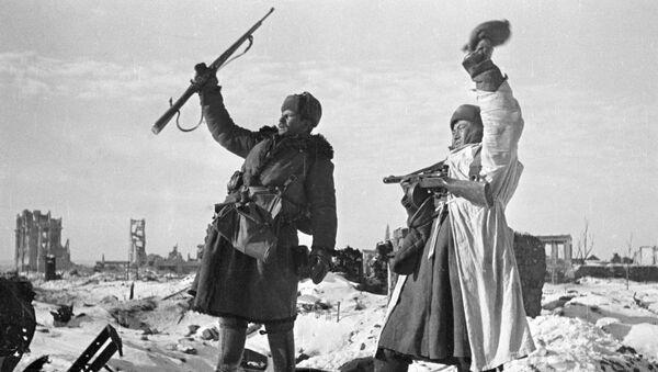 Бойцы празднуют освобождение Сталинграда от немецко-фашистских захватчиков - Sputnik Česká republika