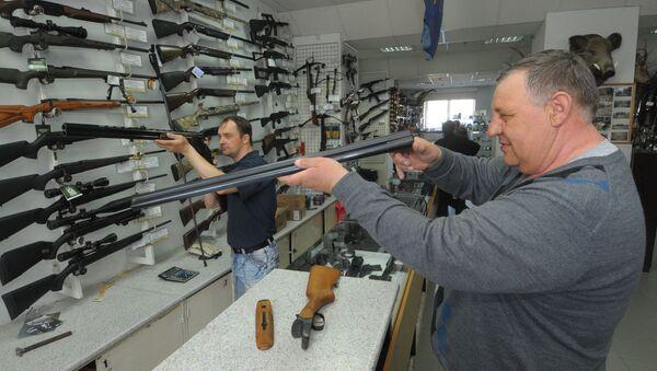 V obchodě se zbraněmi. Ilustrační foto - Sputnik Česká republika