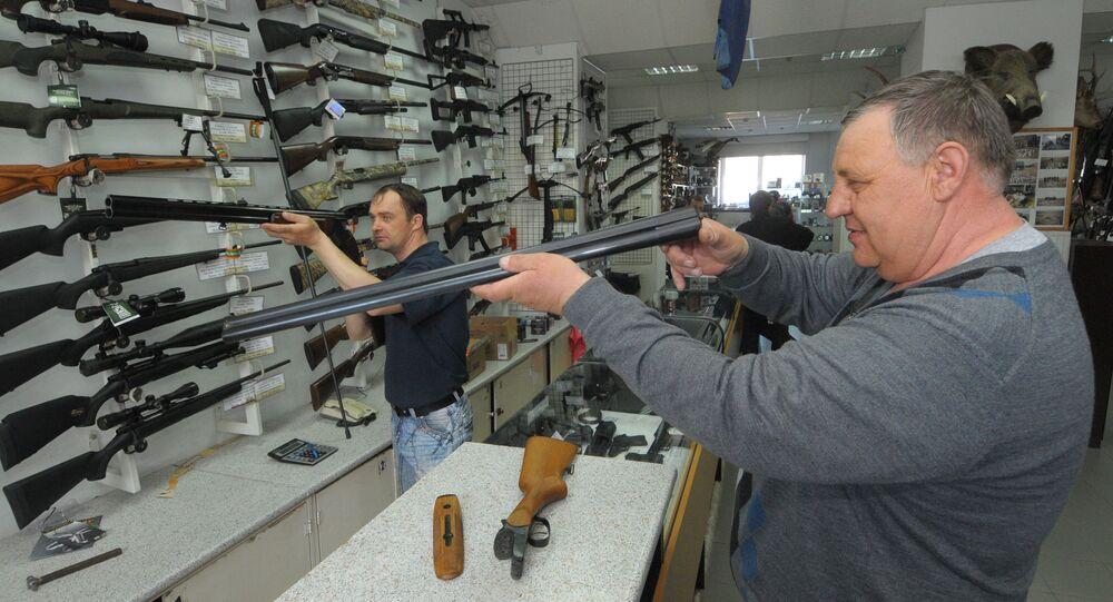 V obchodě se zbraněmi. Ilustrační foto