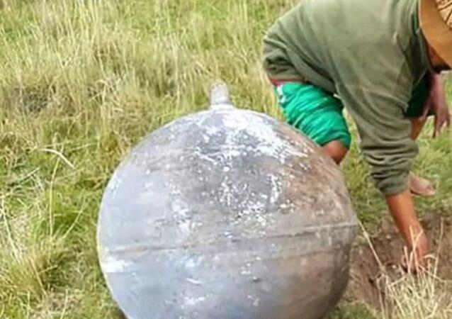 Obyvatele Peru vyděsila ocelová koule, která spadla z nebe