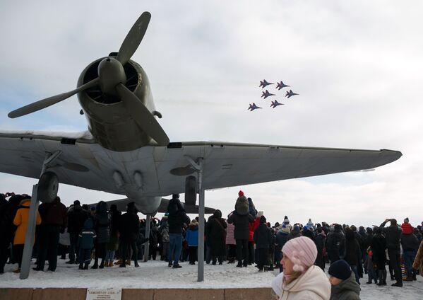 Přehlídka na počest 75. výročí vítězství ve Stalingradské bitvě - Sputnik Česká republika