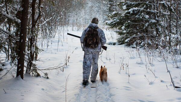 Lovec v zimním lese. Ilustrační foto - Sputnik Česká republika