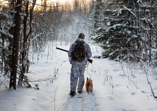 Lovec v zimním lese. Ilustrační foto