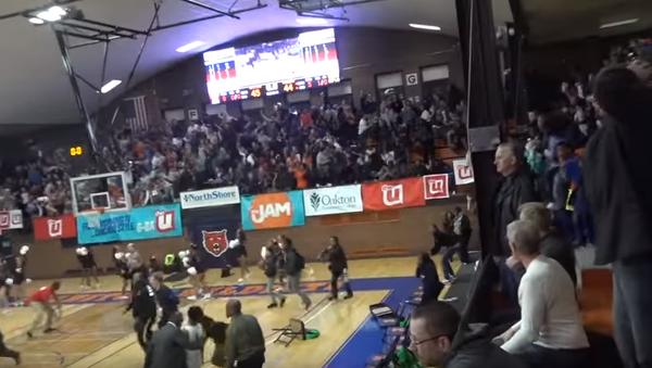 Basketbalista hodí míč - Sputnik Česká republika