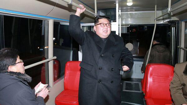 Kim Čong-un se projel nočním Pchjongjangem v novém trolejbusu - Sputnik Česká republika