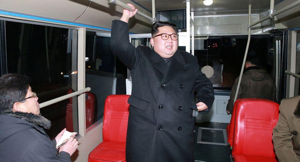 Kim Čong-un se projel nočním Pchjongjangem v novém trolejbusu