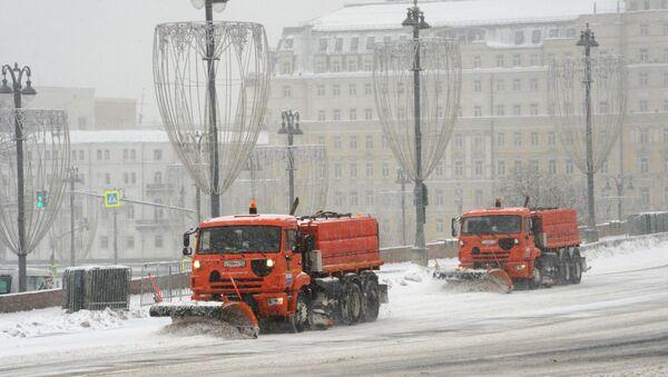 Speciální technika uklízí přívaly sněhu v Moskvě a Moskevské oblasti - Sputnik Česká republika