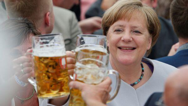 Angela Merkel s pivní sklenicí. Ilustrační foto - Sputnik Česká republika