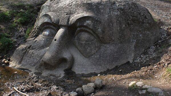 Скульптура Голова в парке Сергиевка в Петергофе - Sputnik Česká republika