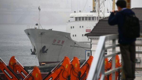 Severokorejská motorová loď Man Gyong Nog, která už sedm dní kotví ve Vladivostoku - Sputnik Česká republika