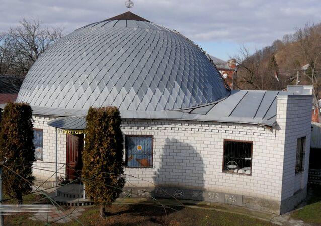 73letý amatérský astronom 18 let stavěl vlastní hvězdárnu