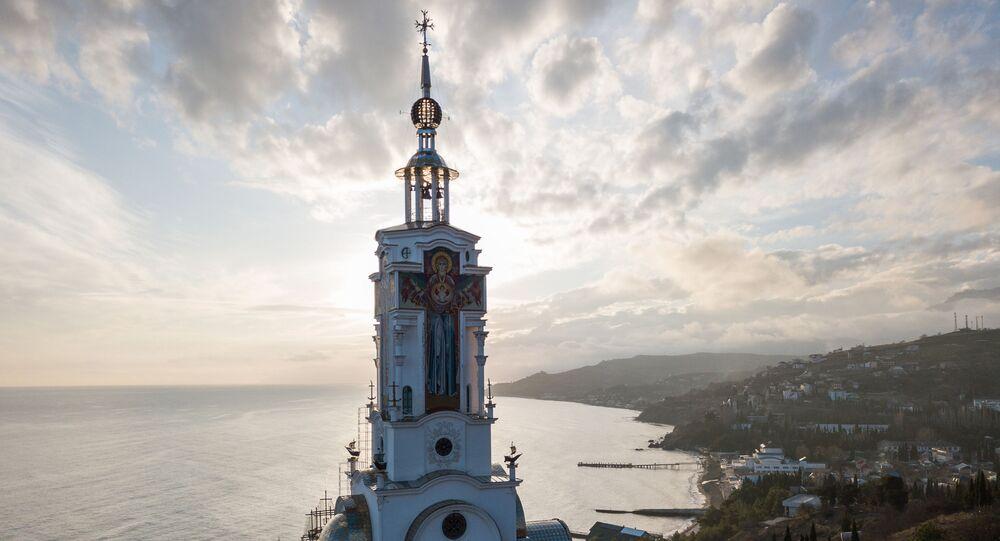 Pohled na kostel sv. Mikuláše, který zároveň vykonává funkce majáku, na Krymu