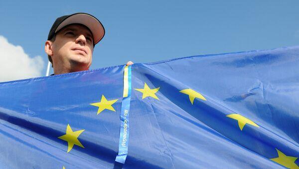 Ukrajinec s vlajkou EU - Sputnik Česká republika