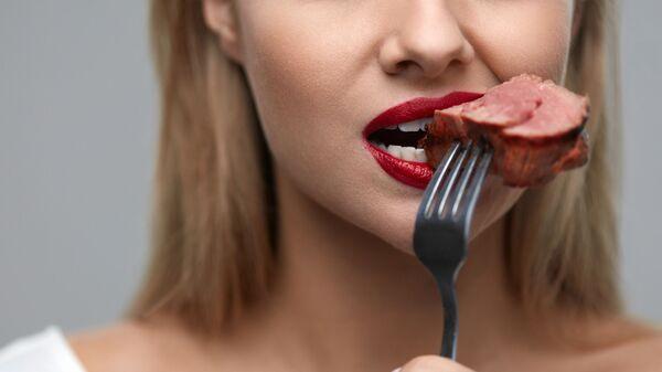 Dívka jí maso - Sputnik Česká republika