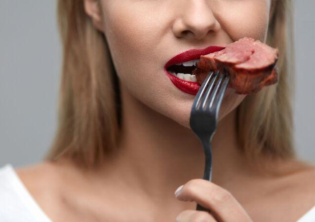 Dívka jí maso