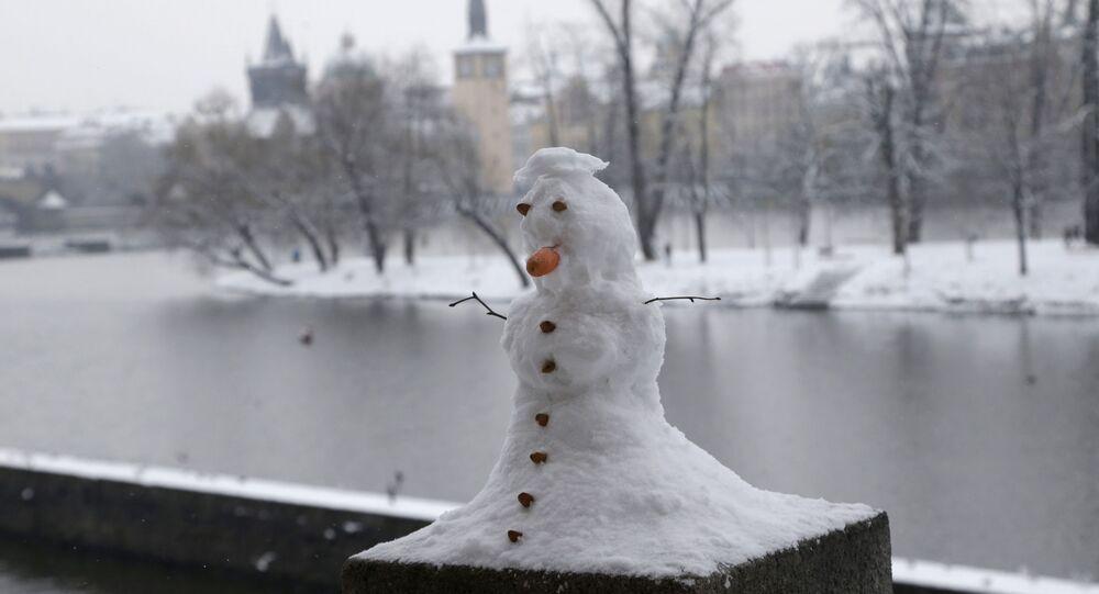 Sněhulák na nábřeží v Praze