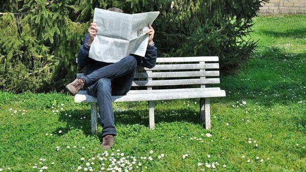 Můž čte noviny - Sputnik Česká republika