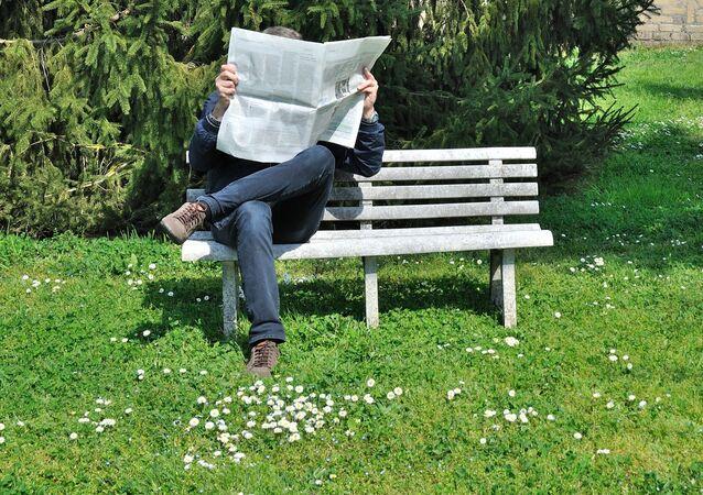 Můž čte noviny