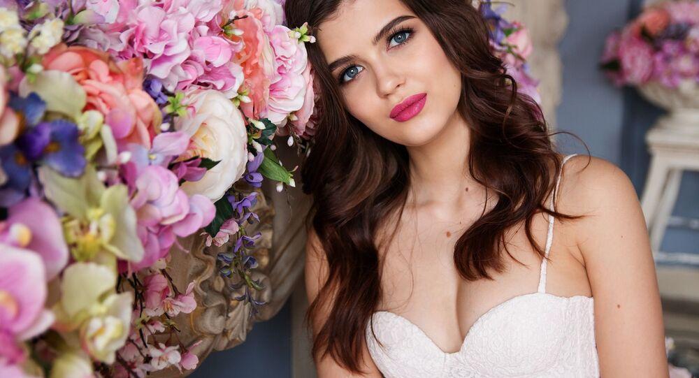 Modelka se fotí s květinami