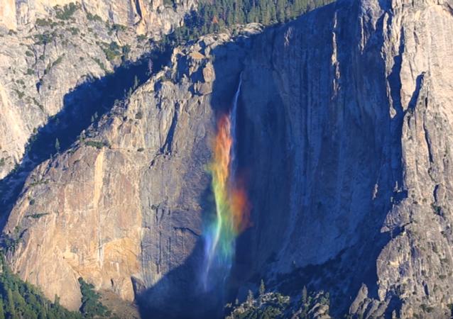 Vodopád v podobě duhy v Sierra Nevadě