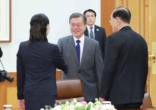 """Moment stisknutí rukou jihokorejského prezidenta Mun Če-ina a severokorejské """"první sestry"""""""