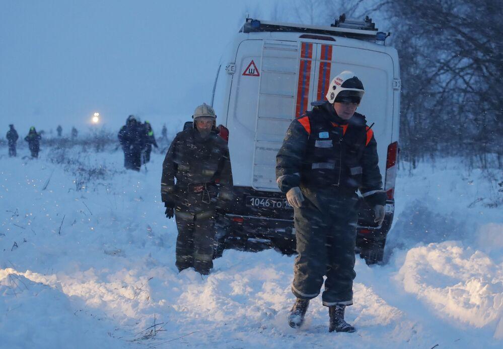 První snímky z místa pádu An-148 u Moskvy a situace na letišti Domodědovo
