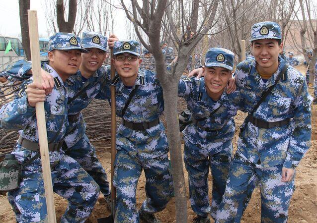 Čínští vojáci vysazují stromy