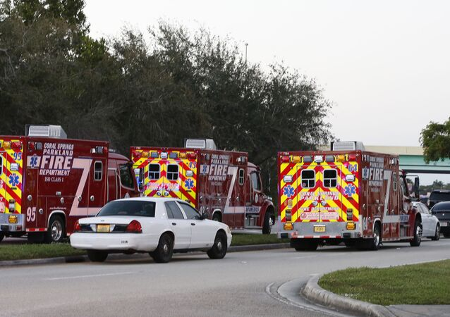 Vozy záchranné služby na místě střelby ve škole na Floridě