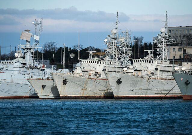Ukrajině patřící vojenské lodě na Krymu