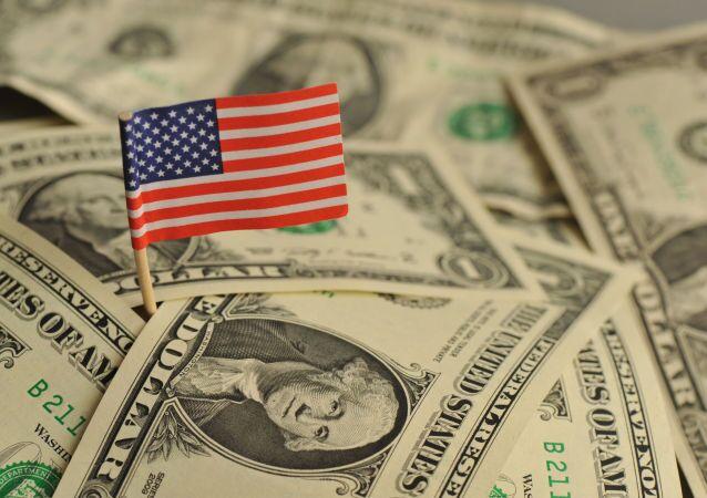 Americká vlajka mezi dolary