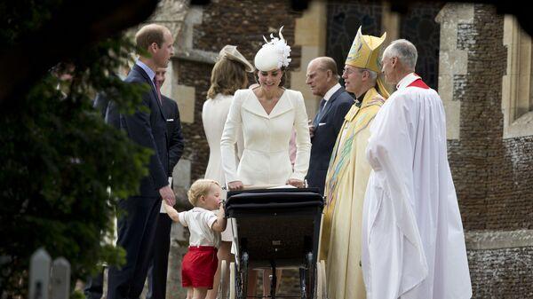 Britský princ George nahlíží do kočárku se svou sestrou Charlottou po jejím křtu v kostele sv. Marie Magdaleny, vedle nich jsou jejich rodiče princ William a vévodkyně z Cambridge Kate. - Sputnik Česká republika