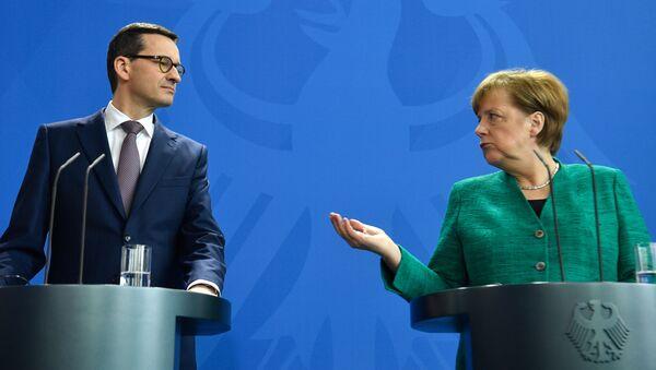 Polský premiér Mateusz Morawiecki a německá kancléřka Angela Merkelová - Sputnik Česká republika