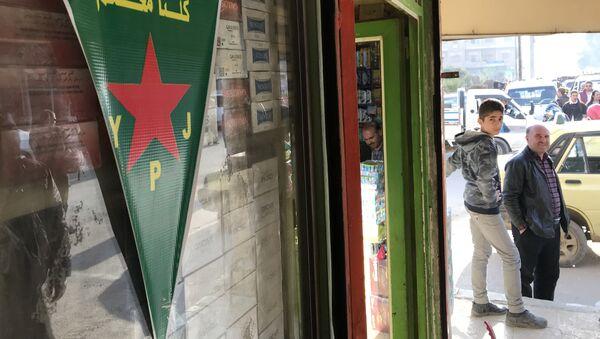 Vlajka kurdských sil sebeobrany v Afrínu - Sputnik Česká republika