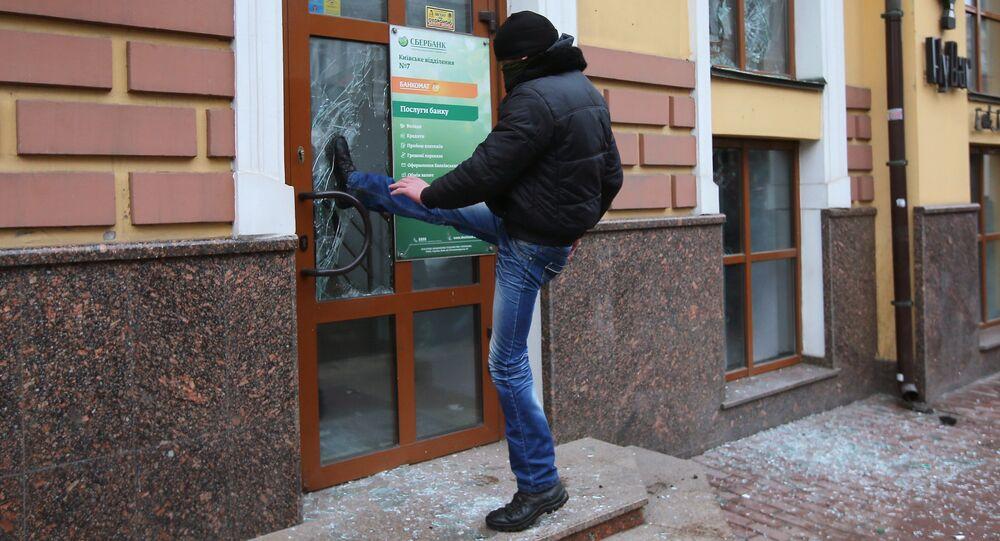 Radikál uvízl ve skleněných dveřích kanceláře Sberbanku v Kyjevě