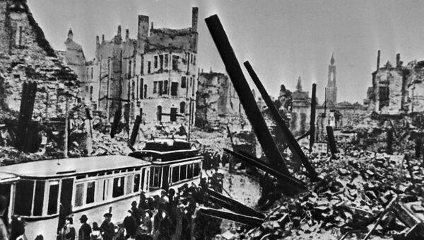 Zničený Drážďany po náletu amerického letectva. Lidé nastupují do tramvaje - Sputnik Česká republika