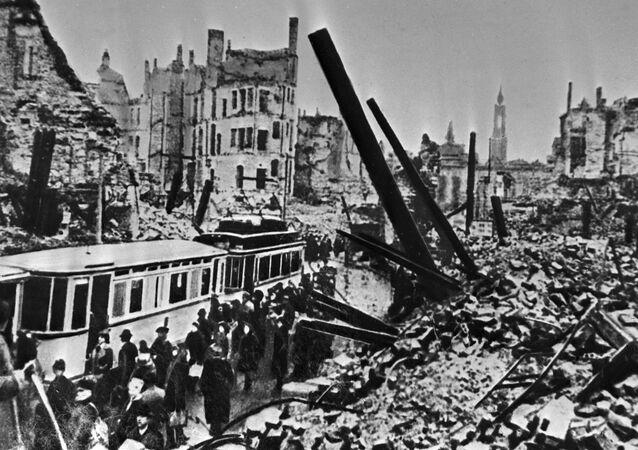 Zničený Drážďany po náletu amerického letectva. Lidé nastupují do tramvaje