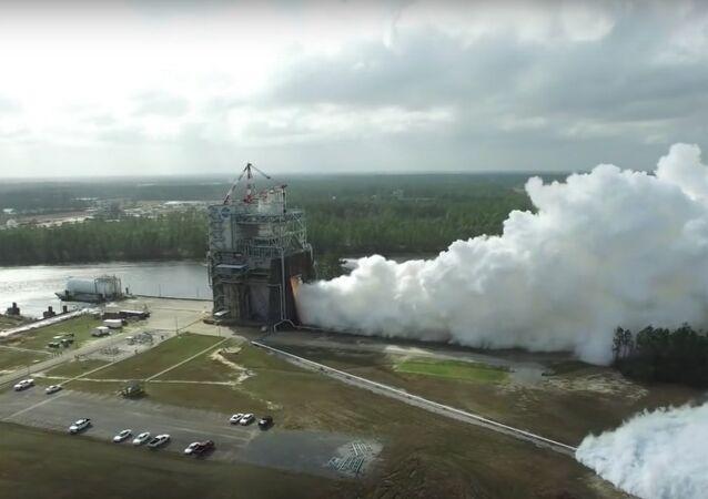 USA spustily motory pro supertěžkou raketu na rekordní výkon