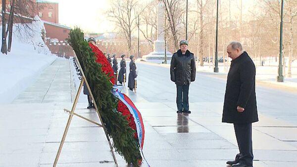 Putin uctil památku padlých obránců vlasti - Sputnik Česká republika