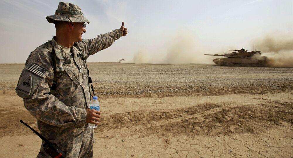 Americký voják hodnotí tank Abrams u Bagdádu