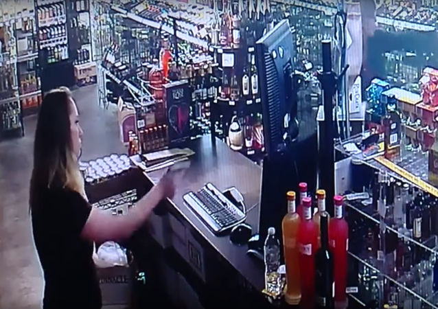 Matka a dcera v USA zahájily přestřelku se zločincem, který chtěl vyrabovat jejich obchod