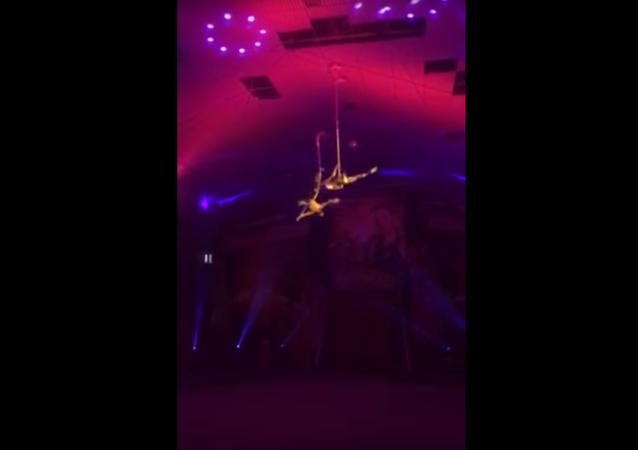 Akrobat se zřítil na cirkusovou arénu a dostal se do resuscitace