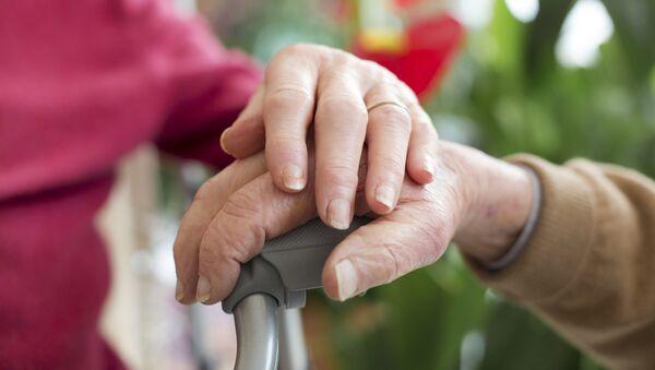Starší lidé se drží za ruce - Sputnik Česká republika