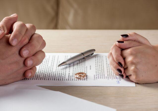 Manželka a manžel podepisují rozvodové listiny