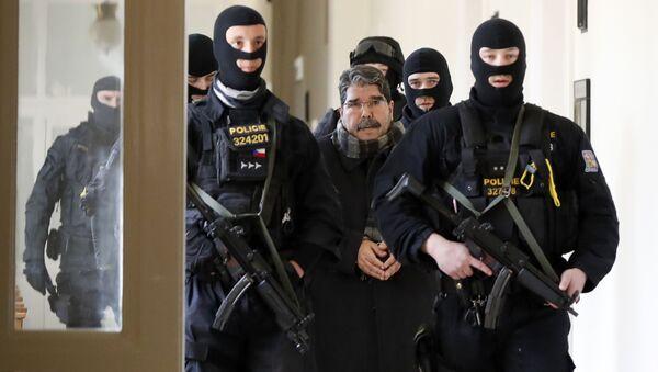 Bývalý lídr syrských Kurdů Salih Muslim při přesunu do jednací síně - Sputnik Česká republika