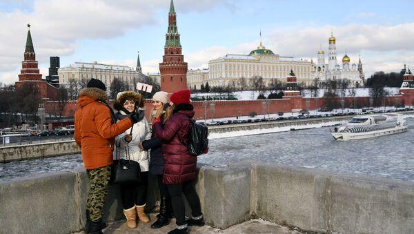 Lidé na mostu v Moskvě - Sputnik Česká republika