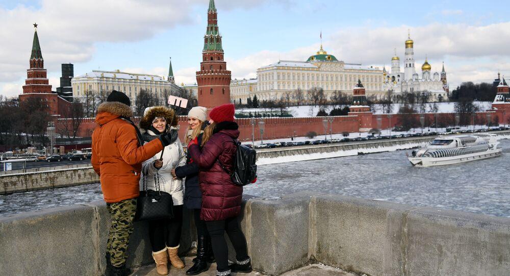 Lidé na mostu v Moskvě