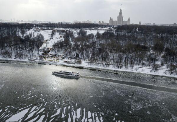Ztuhlá krása a hlavní tepna města: Zmrzlá řeka Moskva - Sputnik Česká republika